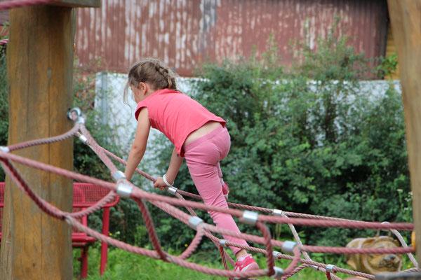Unsere Töchter auf dem Spielplatz