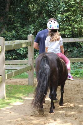 Unsere Kleine reitet auf unserem Pony Nina im CenterParc Erperheide