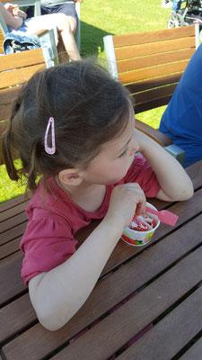 Unsere Kleine löffelt eine Kugel Eis beim Bauern Lipp