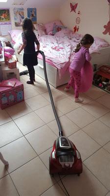 Unsere Große saugt ihr Zimmer und die Kleine hilft