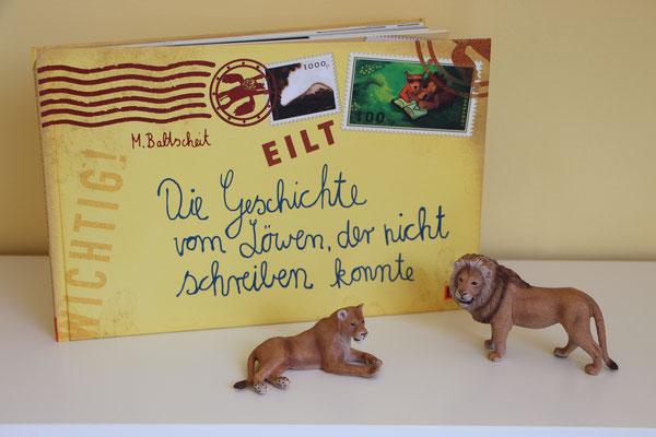 """Das Buch """"Die Geschichte vom Löwen, der nicht schreiben konnte"""" und zwei Schleich-Löwen"""