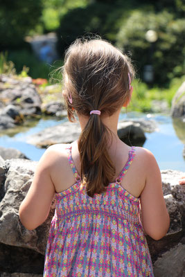 Unsere Kleine schaut den Wasserfall hinab im Palmengarten Frankfurt