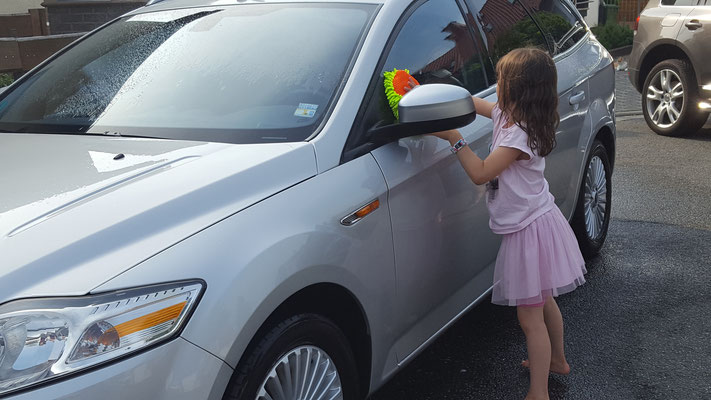 Unsere Große poliert Papas Auto