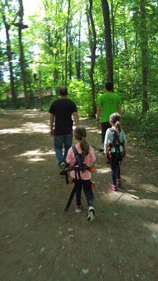 Stefan und unsere Mädels auf dem Weg zum Kinderparcours im Kletterwald in Darmstadt