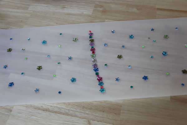 das mit Glitzersteinen fertig beklebte Laternen-Transparentpapier