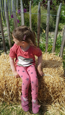 Unsere Kleine auf einem kleinen Strohballen beim Bauern Lipp