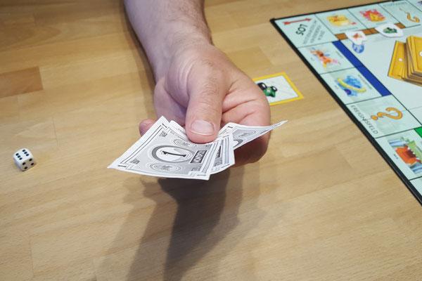 Wir spielen Monopoly Junior - eine handvoll Geld