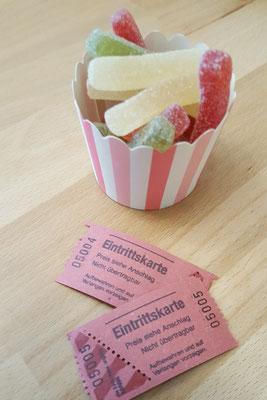 Gummibärchen und Heimkino-Eintrittskarten