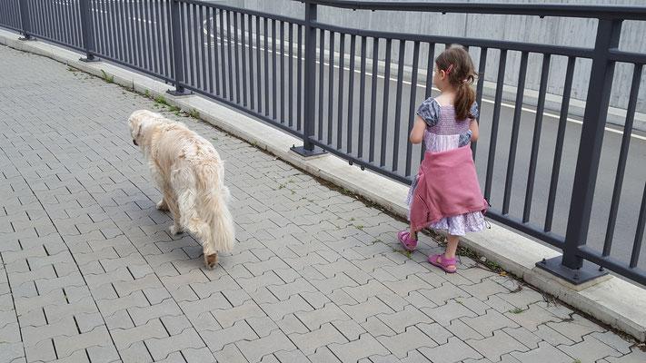 Unsere Kleine geht mit Balou - unserem Hund - durch die Unterführung