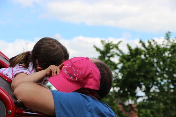 Unsere Kleine küsst ihren Papa