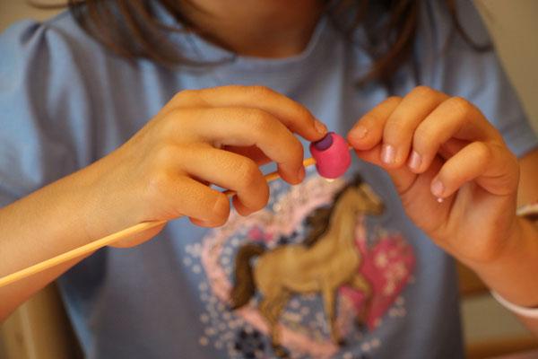 Eine Fimo-Perle wird verziert