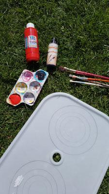 Acrylfarbe, Pinsel und der Deckel einer Trofast-Kiste von IKEA