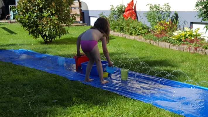 Unsere Kleine sammelt Wasser auf der Wasserbahn
