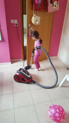 Unsere Kleine saugt ihr Zimmer