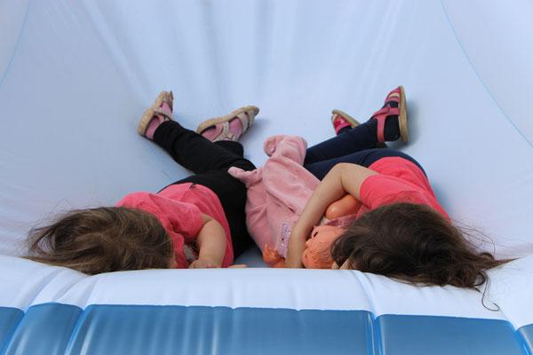 Unsere Mädels haben aus dem Planschbecken ein Bett gemacht