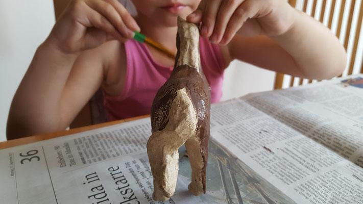 Unsere Kleine bemalt ein Papp-Pferd