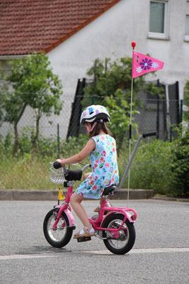 Unsere Kleine fährt zum ersten Mal allein Fahrrad