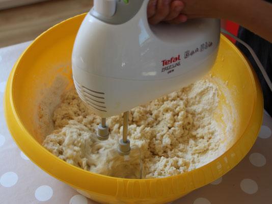 Unsere Große knetet den Teig der selbstgemachten Knete mit dem Mixer