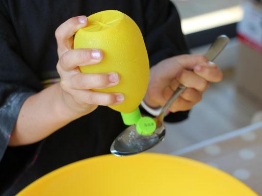 Unsere Große gibt die Zutaten für selbstgemachte Knete in eine Schüssel