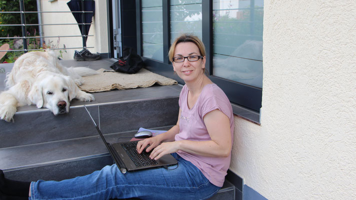 Ich schreibe an einem aktuellen Blogbeitrag auf unserer Eingangstreppe