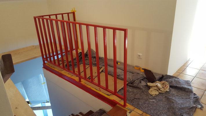 Das frisch gestrichene Geländer im oberen Geschoss in rot