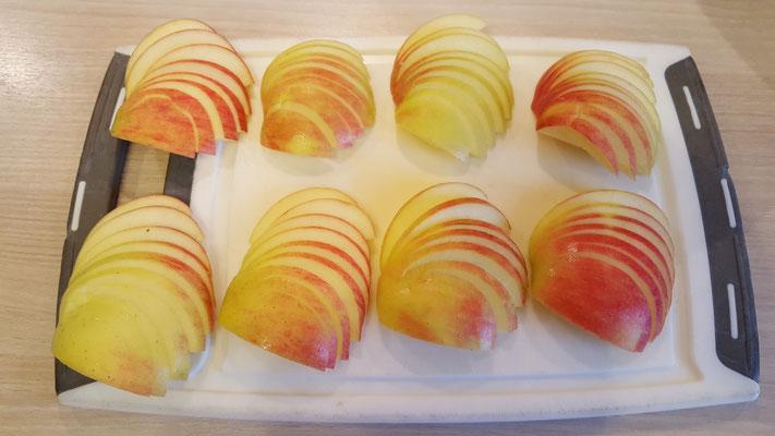 Apfel-Viertel zu Fächern geschnitten