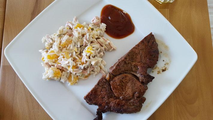 Reissalat und Steak auf dem Teller