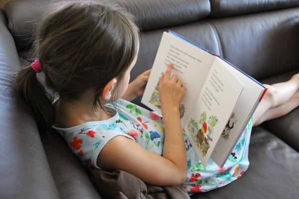 Unsere Große übt Lesen mit den Olchis