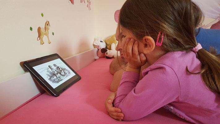 Unsere Kleine schaut Tablet