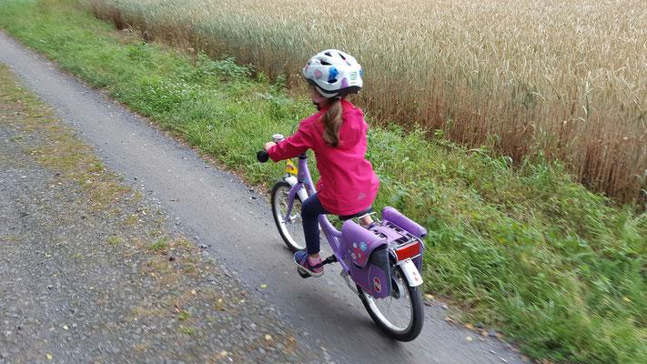 Unsere Kleine unterwegs mit ihrem Puky-Fahrrad