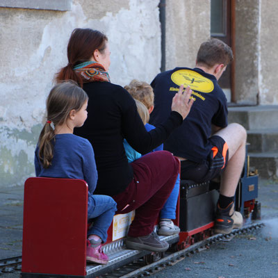 Unsere Kleine fährt mit der Kinderbahn auf dem Dampflokfest Kranichstein
