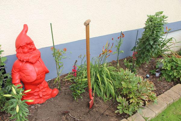 Spaten im Gartenbeet