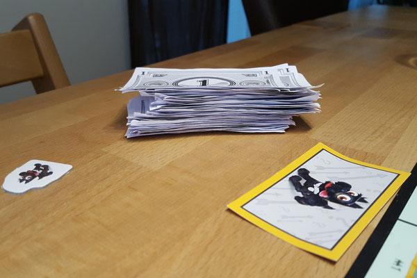 Wir spielen Monopoly Junior - ein Geldstapel