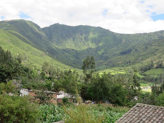 Vue de la vallée en direction du sommet du volcan Ilaló