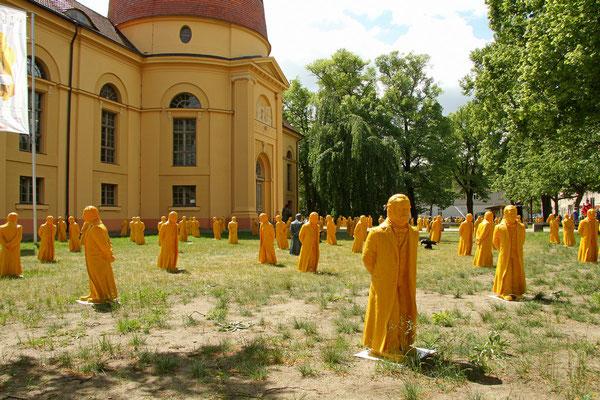 Vor der Kulturkirche Sankt Marien in Neuruppin