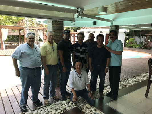 ドミニカ共和国にて現地スタッフと打ち合わせ