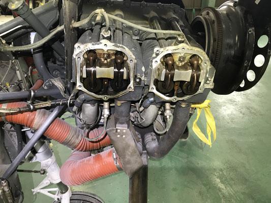 エンジンスタート前に念のためロッカーアームカバーを外し点検。