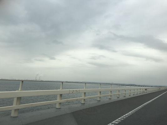 アクアラインを通過中、あいにくの曇り空。