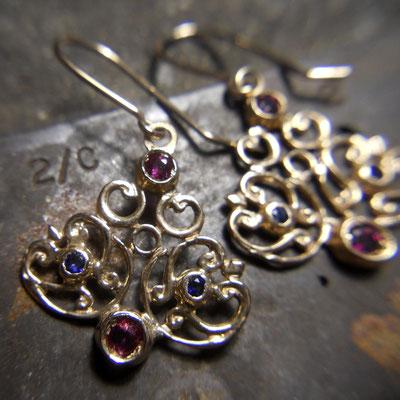 Orecchini pendenti in oro 9 kt con zaffiri e rubini