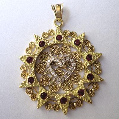Presentosa in oro 18 kt con rubini e diamanti