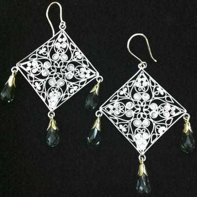 Orecchini pendenti in filigrana d'argento 925 con particolari in oro e pietre a goccia