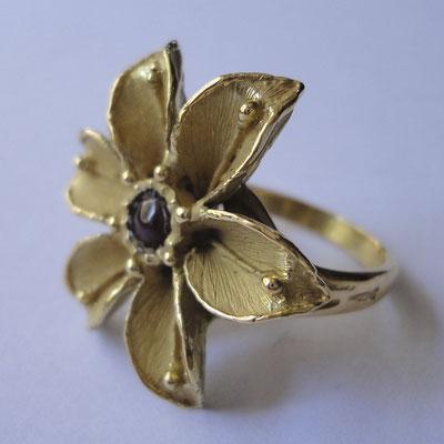 Anello floreale in oro 18 kt e rubini