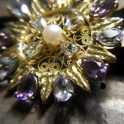 Presentosa in oro 18 kt con topazi azzurri, ametiste e perla