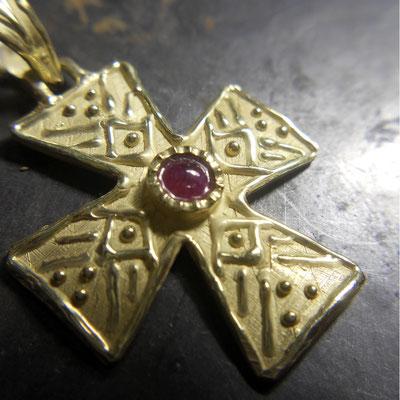 Ciondolo croce in oro 18 kt e rubino
