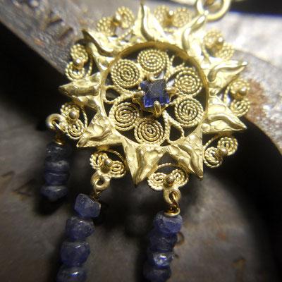 Orecchini pendenti in oro 18 kt con zaffiri