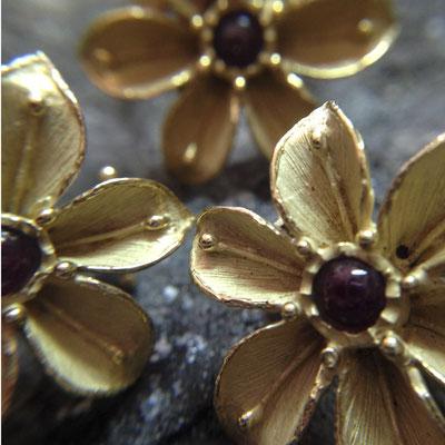 Parure orecchini ed anello floreali in oro 18 kt e rubini