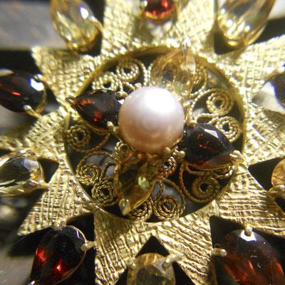 Presentosa in oro 18 kt con granati, topazi gialli e perla