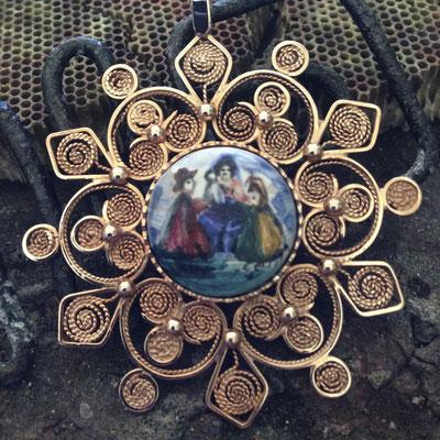 Medaglione in oro 14 kt e ceramica dipinta a mano