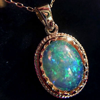 Ciondolo in oro 18 kt e opale