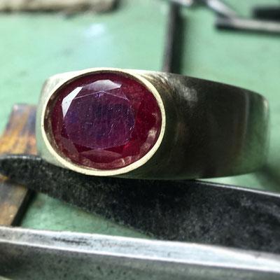 Anello in oro 18 kt con rubino
